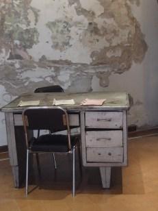 Museo della memoria di Córdoba. La scrivania usata per gli interrogatori.