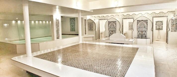 Hammam Le Pacha: Salle tiède, dalle au centre de la pièce, où on s'allonge pour se relaxer et papoter entre copines, à droite la piscine et au fond les cabines de douche et les salles de gommage