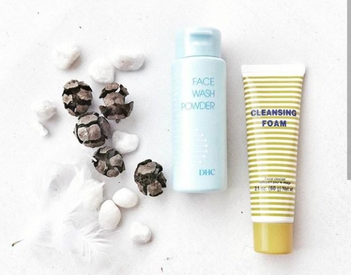 La poudre Face Wash Powder DHC et la crème Cleansing Foam DHC
