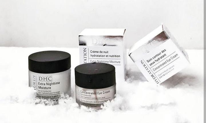 EXTRA NIGHTTIME MOISTURE de DHC (39,50 euros- 45 ml) offre à la peau un réconfort continu tout au long de la nuit et l'aide à lutter contre les stress environnementaux de la journée. Cette crème riche, onctueuse et fondante est gorgée en huile d'olive, vitamine E et collagène. Sa texture enveloppante au pouvoir nutritif intense, agit en synergie avec le cycle naturel de régénération nocturne de la peau. Sa formule fortifiante et nourrissante apaise, répare et protège la peau.