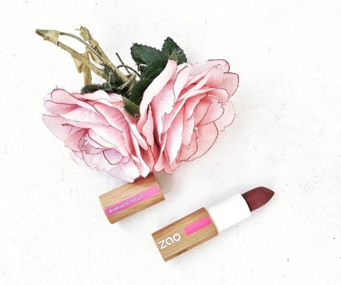 LE MAKEUP: Pour une mise en beauté un Rouge à lèvre  prend soin de mes lèvres de la marque ZAO. Des cosmétiques 100% d'origine naturelle, certifiés Bio* et Vegan. Texture, tenue, couleur et confort, le maquillage Zao est aussi performant et sensoriel que du maquillage conventionnel, tout en respectant l'environnement et votre santé. De plus les packagings sont rechargeables, pour des produits plus écologiques et économiques!