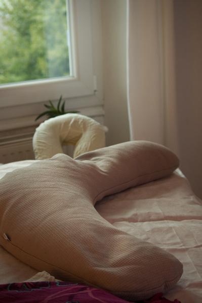 Prise de vue de la table de massage et le coussin d'allaitement, installés pour le massage Ayurvédique Future Maman., avec le Souffle des Sens.