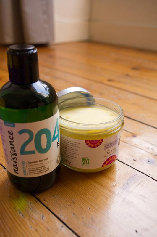 Photo des produits utilisés dans le massage bien-être Ayurvédique Shantala Bébé du Souffle des Sens : Ghee et huile de noyeau d'abricot bio.