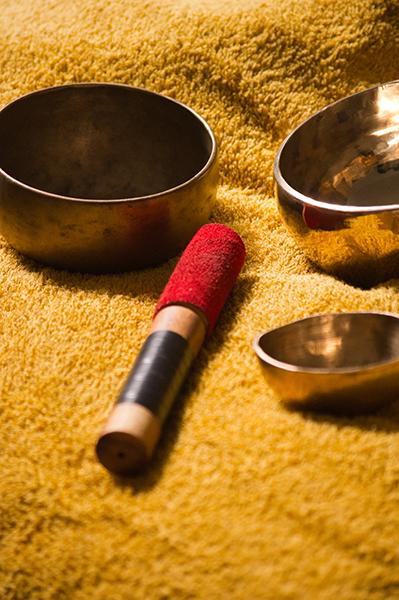 Photo des bols tibétains utilisés dans le soin bien-être en Sonothérapie.