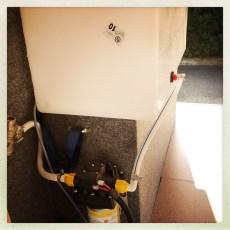 MONTAGE: Als erstes wurde der Wassertank mit den entsprechenden Ein- und Auslässen versehen und den Wasserstandmesser einbauen. Anschliessend alle Komponenten wie: Wasser-Druckpumpe, Druckminderer, Verbrühschutz und der Boiler montiert.