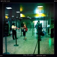 043 Lisboa VERABSCHIEDUNG – Mal nicht ich, der durchs Gate verschwindet