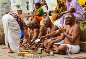 24 Stunden Pujas und Rituale am Ufer des Ganges
