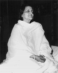 Anandamayi Ma meditating