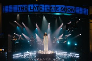 "Sabrina Claudio - Confidently Lost & Belong to You (Live @ ""Late Late Show"" mit James Corden)"
