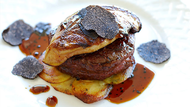 A opção do purê ou batatas assadas harmonizam bem com o prato.
