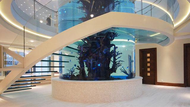 Escadaria de vidro em espiral em torno de um aquário na Escócia