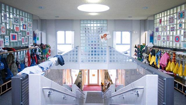 A barriga traz um vestiário, salas de aula, uma cozinha, refeitório e a escada principal.