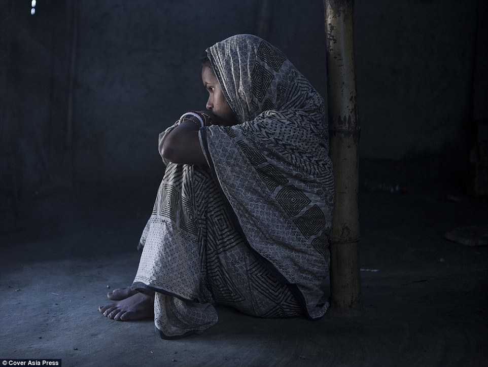 2BB4FBA300000578-3212946-Tormented_Ranjana_pictured_was_shivering_and_crying_as_the_man_s-a-44_1440688882220