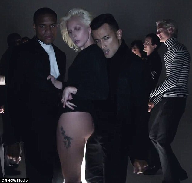2D04E21C00000578-3257878-Getting_cheeky_Pop_icon_Lady_Gaga_showed_all_her_best_assets_in_-m-107_1443811608133