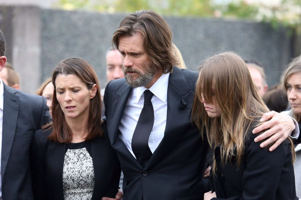 Jim-Carrey-Carries-The-Coffin-Of-Ex-Girlfriend-Catriona-White