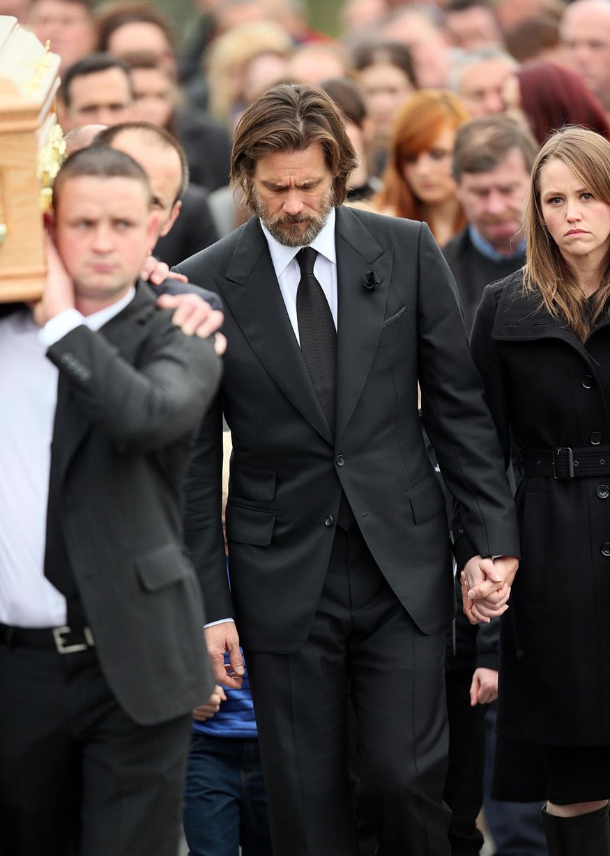 Jim-Carrey-carries-the-coffin-of-ex-girlfriend-from-The-Lady-Fatima-church-to-the-burial-grounds-she-will-be-laid-to (2)