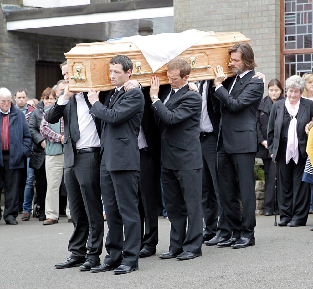 Jim-Carrey-carries-the-coffin-of-ex-girlfriend-from-The-Lady-Fatima-church-to-the-burial-grounds-she-will-be-laid-to (5)