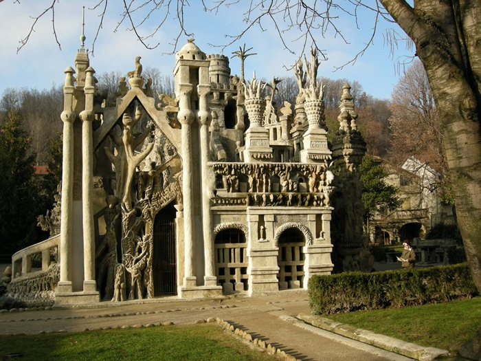 23-33-Worlds-Top-Strangest-Buildings-ideal-palace