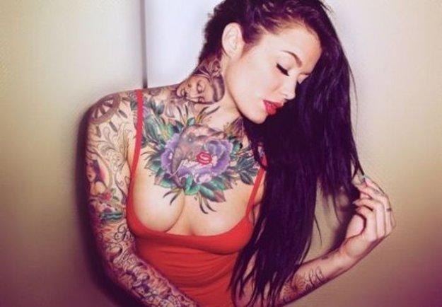 Красивое тело сексуальные татуировки и немного пирсинга парни