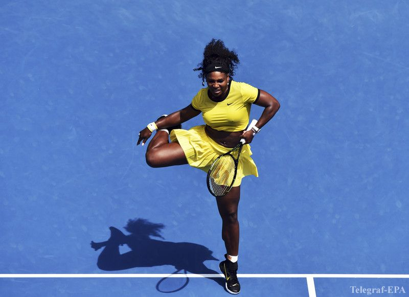 epa05126073 Serena Williams of the US in action against Maria Sharapova of Russia during their quarter finals round on day nine of the Australian Open tennis tournament in Melbourne, Australia, 26 January 2016.  EPA/TRACEY NEARMY AUSTRALIA AND NEW ZEALAND OUT