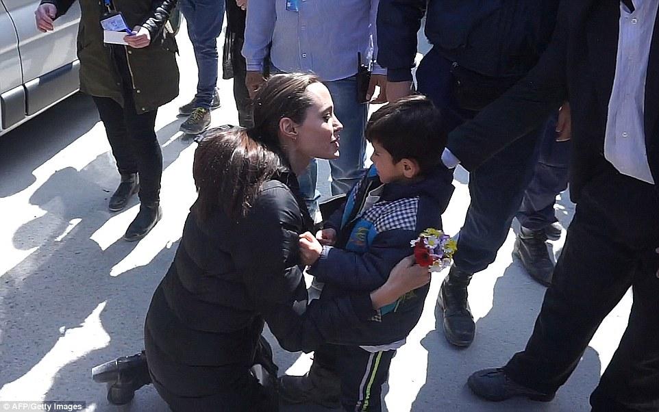 Ребенок был не очень рад, что неизвестная тетя хочет его поцеловать
