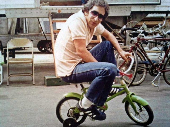 Стивен Спилберг разъезжает на велосипеде в перерыве между съемками фильма «Полтергейст».