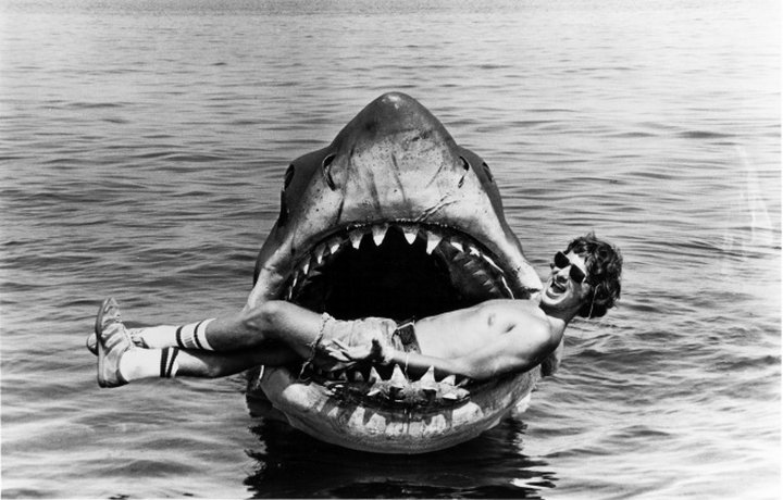 Стивен Спилберг изображает жертву на съемках фильма «Челюсти», 1975 г.