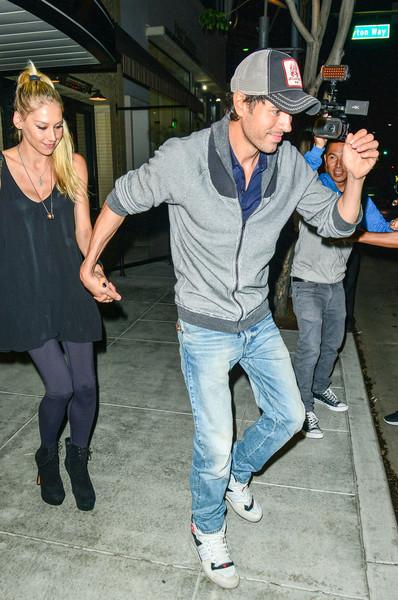 INF - Anna Kournikova and Enrique Iglesias Hold Hands On Dinner Date