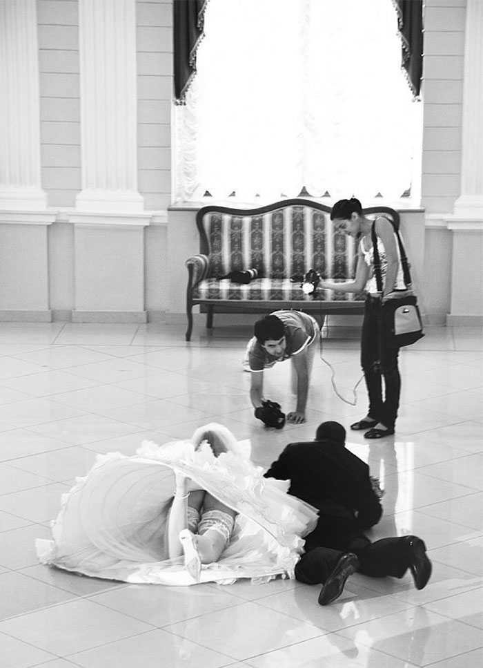 funny-crazy-wedding-photographers-behind-the-scenes-48-5774e32201b36__700