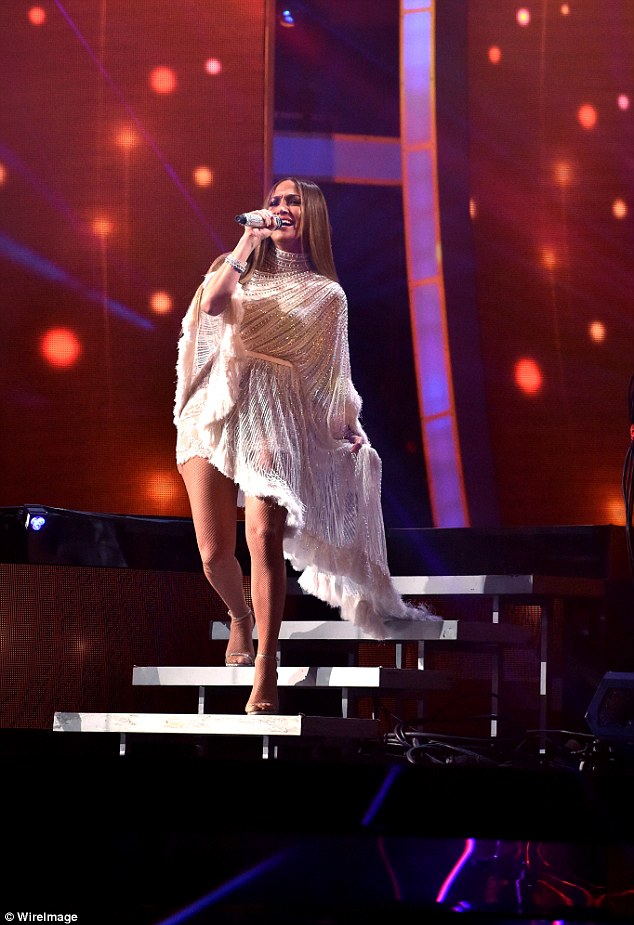 3a803b5900000578-3948438-belting_it_out_jlo_also_performed_during_the_evening-a-10_1479454699030
