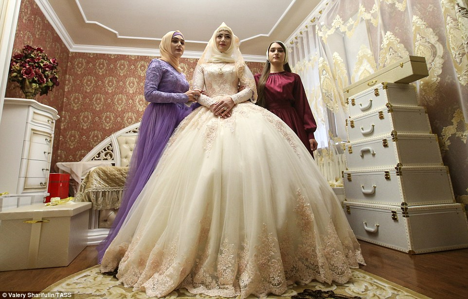 3ab71bf900000578-3968480-once_ready_the_bride_stands_by_in_her_bedroom_alongside_her_frie-a-50_1480006899331