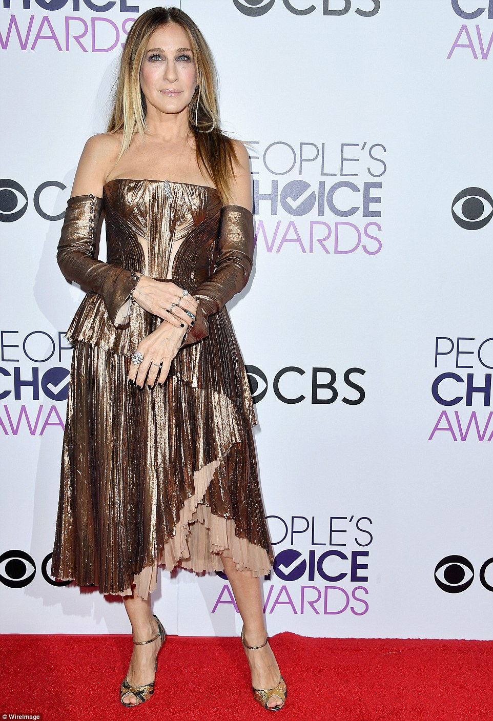 3C42F21000000578-4129386-Shimmering_star_Sarah_Jessica_Parker_looked_incredible_in_a_plea-a-16_1484868944644