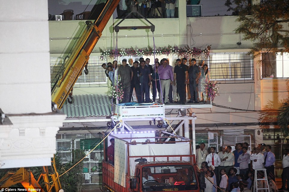 3D13DF0300000578-4214978-Above_is_the_crane_which_was_used_to_take_Ms_Aty_to_Saifee_Hospi-a-27_1486829138058