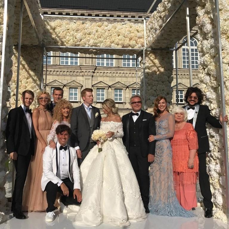 наряд фото звезд со свадьбы никиты преснякова очень важный