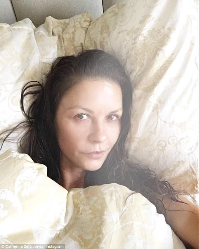 47-летняя Кэтрин Зета-Джонс показала селфи без макияжа — фото