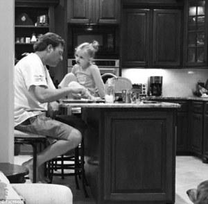 Жену раздражало, что муж допоздна на работе, но потом услышала слова дочки и осознала правду