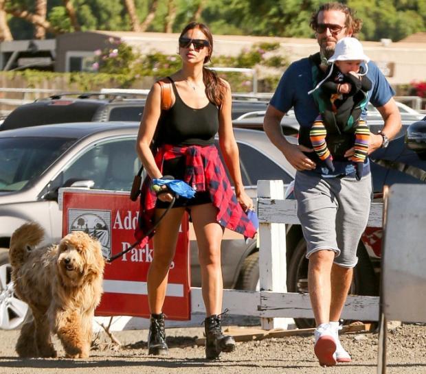 В сети появились новые фото Ирины Шейк и Брэдли Купера с дочкой