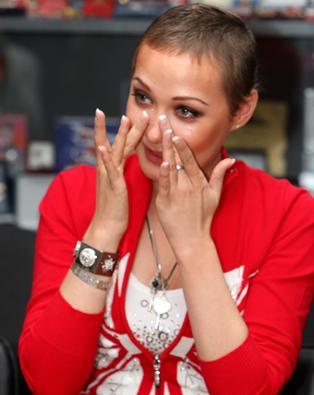 Певица Евгения Власова борется за жизнь после удаления опухоли
