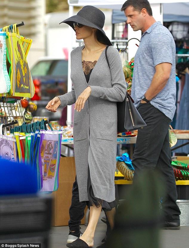 Джоли побаловала себя и детей фастфудом на блошином рынке — фото