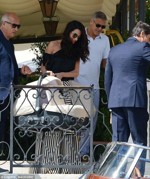 Джордж Клуни раздал друзьям по миллиону, а пассажирам — наушники от своих детей