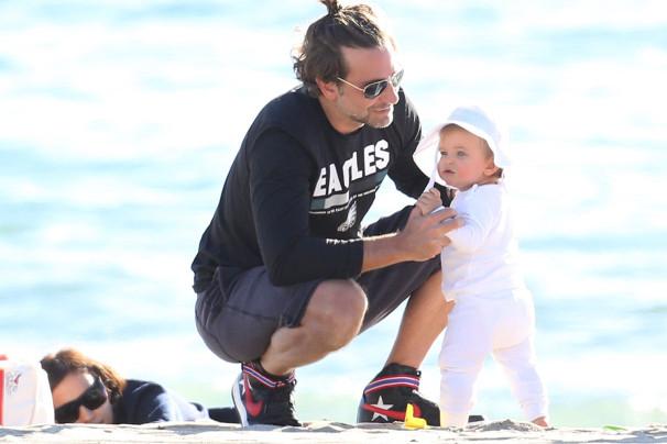 Ирина Шейк и Брэдли Купер с подросшей дочкой на пляже — фото