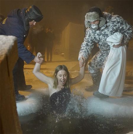 Ксения Собчак искупалась в Крещение при минус 40 — фото