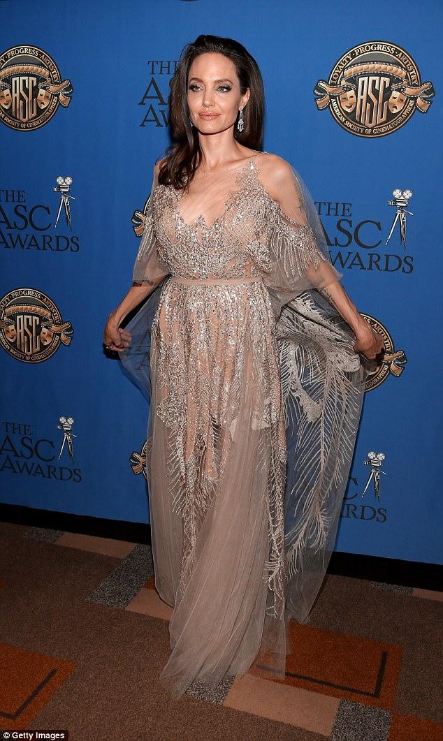 Джоли в «голом» платье получила премию за вклад в киноискусство — фото
