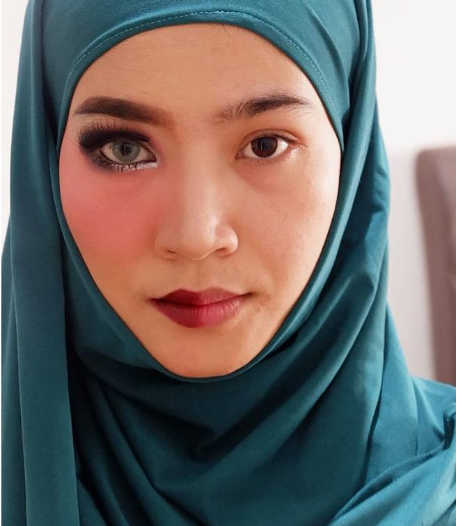 Новый тренд Instagram — девушки публикуют фото с и без макияжа и спрашивают, какое лучше