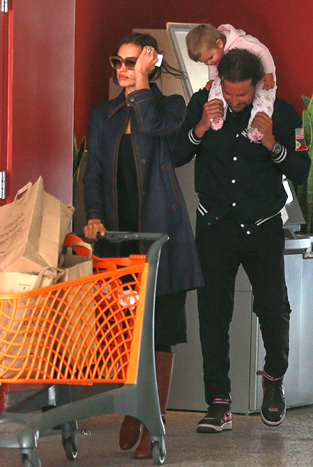 Довольный Купер с дочкой помогает Шейк с покупками — фото