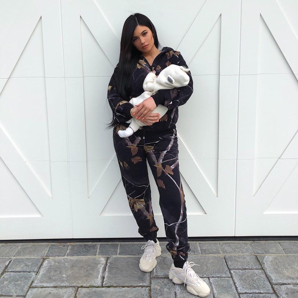 Первое фото Кайли Дженнер с месячной дочкой собрало 10 миллионов лайков