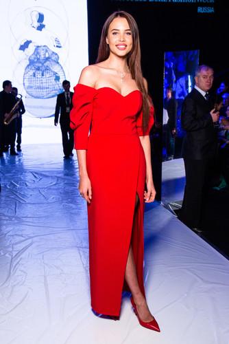 Анастасия Решетова в алом платье затмила всех на показе Беллы Потемкиной — фото
