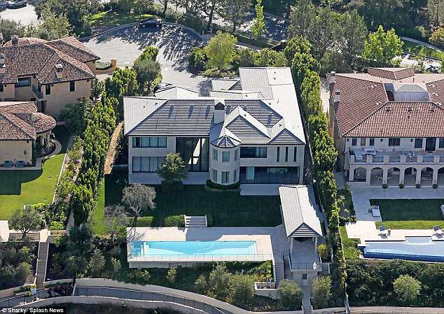 Ким Кардашьян обязалась пиарить украинку, которая купила у нее дом — фото