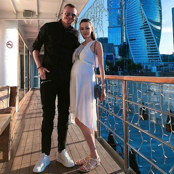 Дмитрий Тарасов вывел в свет жену на последних месяцах беременности — фото