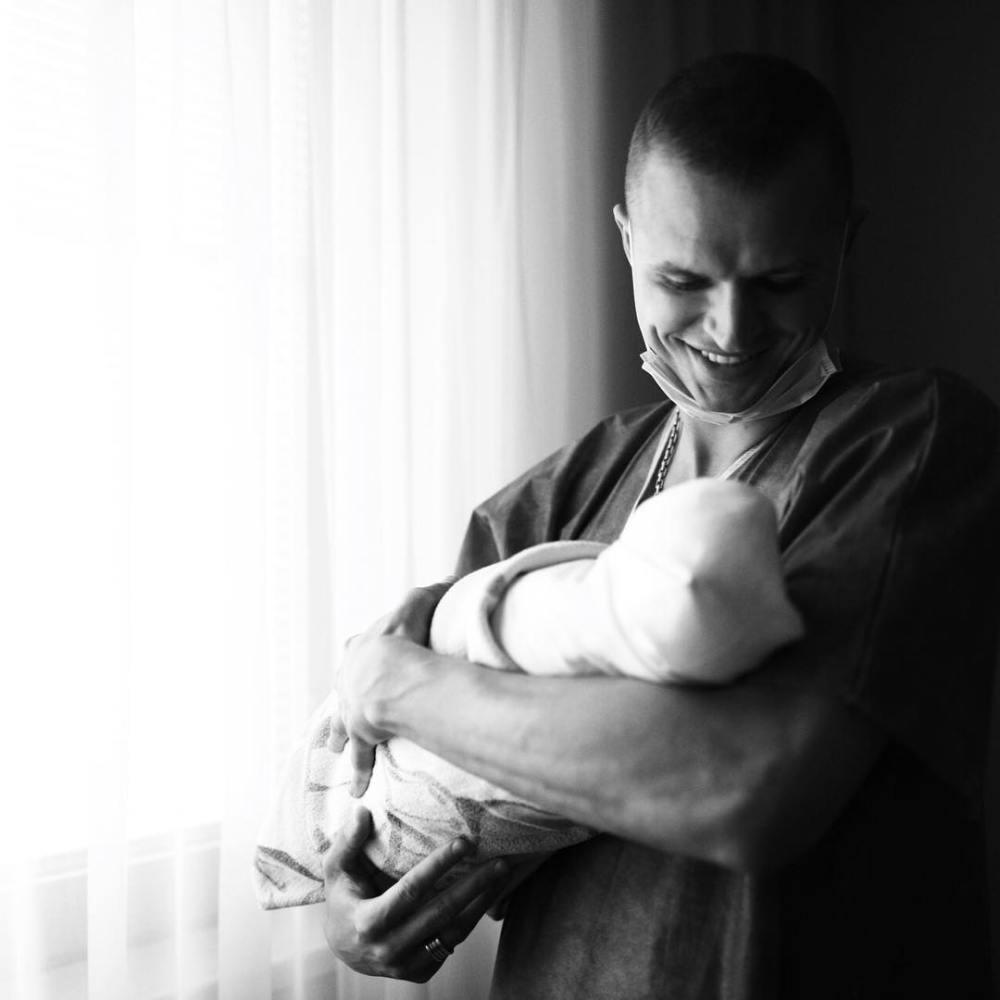 Снова ставший отцом Тарасов получил работу и улетел от семьи